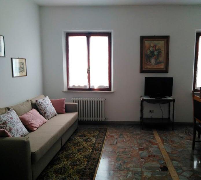 Salone dell'appartamento in Via della Sirena
